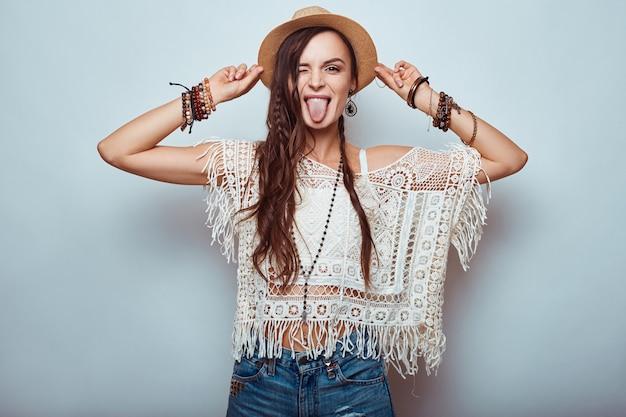Porträt der schönen jungen hippiefrau