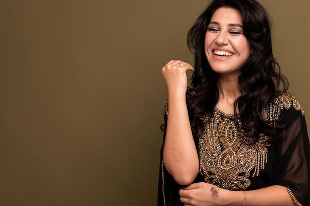 Porträt der schönen jungen muslimischen arabischen frau, die hijab trägt