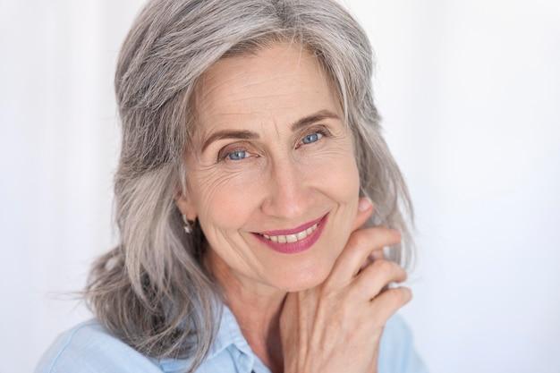 Porträt der schönen lächelnden älteren frau Premium Fotos