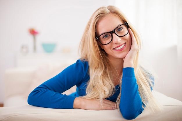 Porträt der schönen lächelnden frau im wohnzimmer