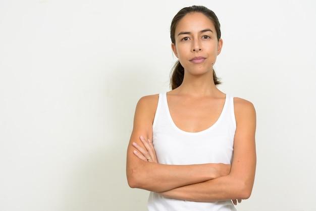 Porträt der schönen multiethnischen frau mit verschränkten armen