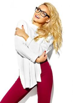 Porträt der schönen niedlichen glücklichen süßen lächelnden blonden frau frau in lässigen hipster stilvollen warmen weißen pullover kleidung, in gläsern
