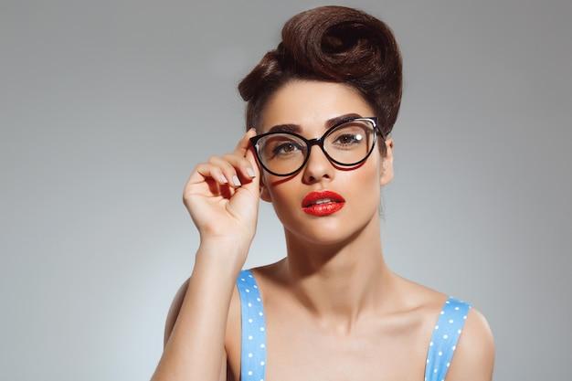 Porträt der schönen pin-up-frau mit brille