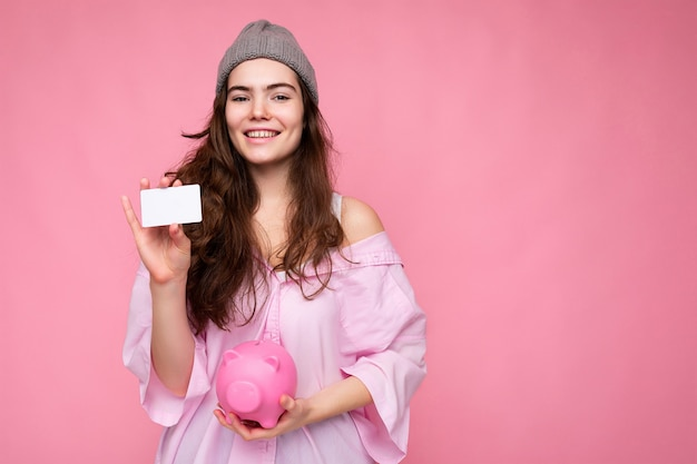 Porträt der schönen positiven fröhlichen netten lächelnden jungen brunettefrau im stilvollen hemd lokalisiert