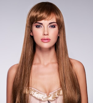 Porträt der schönen sexy frau mit langen haaren. model mit gerader frisur