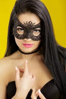 Porträt der schönen sinnlichen frau in der schwarzen spitzenmaske. sexy frau in venezianischer maske Premium Fotos