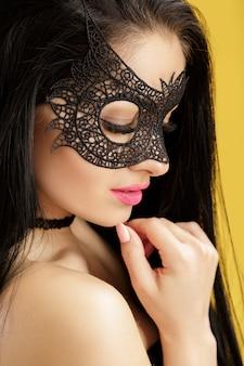 Porträt der schönen sinnlichen frau in der schwarzen spitzenmaske. sexy frau in venezianischer maske