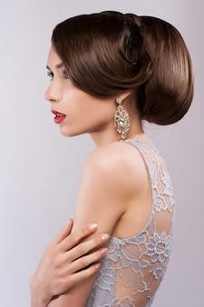 Porträt der schönen sinnlichen frau mit eleganter frisur. perfektes make-up.