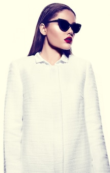 Porträt der schönen stilvollen frau mit den roten lippen