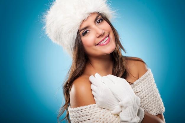 Porträt der schönen und lächelnden winterfrau