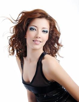 Porträt der schönen und modischen modellfrau mit geblasenen haaren