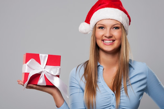 Porträt der schönen weihnachtsgeschäftsfrau mit rotem geschenk