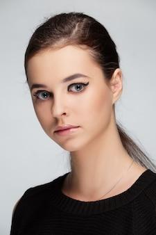 Porträt der schönen zarten frau mit frischer gesunder haut, langem glattem haar und natürlichem make-up