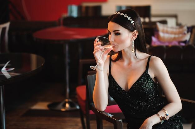 Porträt der schönheit glas martini halten.