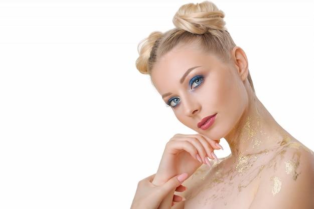 Porträt der schönheit mit hellem make-up auf weiß lokalisierte hintergrund, gesichtshautpflegekonzept