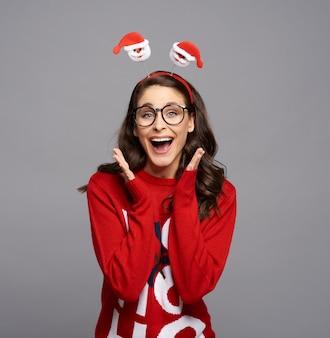 Porträt der schreienden frau in der weihnachtskleidung