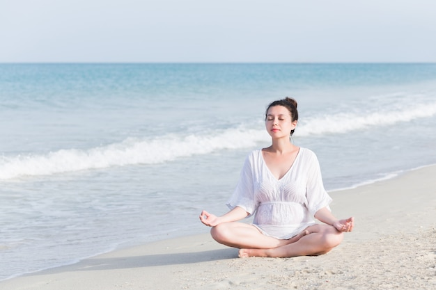 Porträt der schwangeren frau am strand