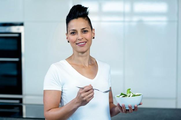 Porträt der schwangeren frau eine schüssel salat und lächeln halten