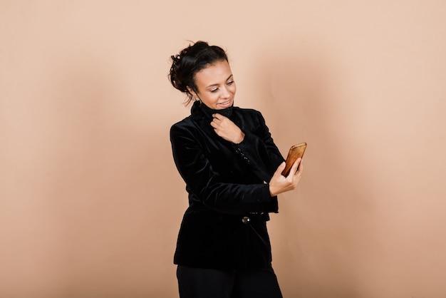 Porträt der schwarzen geschäftsfrau, die gesichtsmaske während der virusepidemie in einem studio trägt.