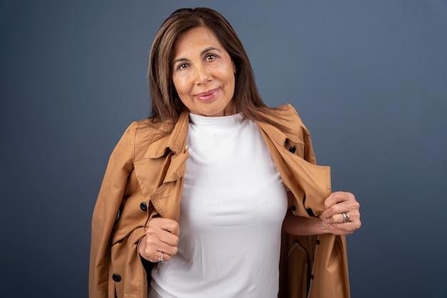 Porträt der selbstbewussten älteren frau posiert
