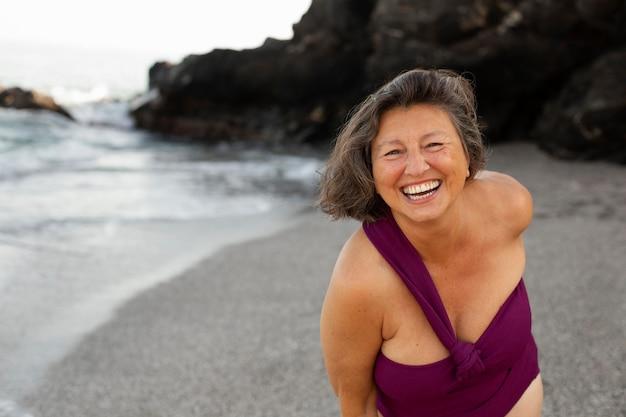 Porträt der senior-smiley-frau am strand