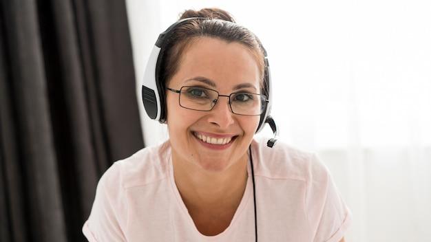 Porträt der smiley-frau, die glücklich ist, zu hause zu arbeiten