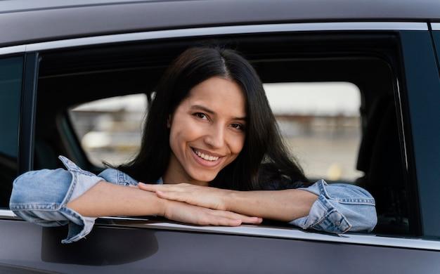 Porträt der smiley-frau in ihrem auto
