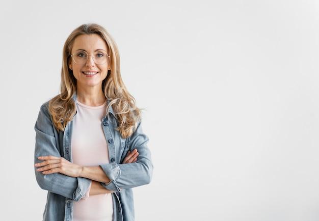 Porträt der smiley-geschäftsfrau mit kopienraum