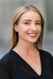 Porträt der smiley-geschäftsfrau