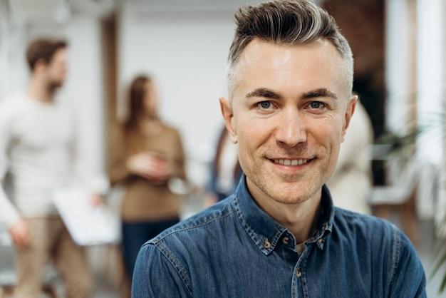 Porträt der smiley-geschäftsmann-nahaufnahme