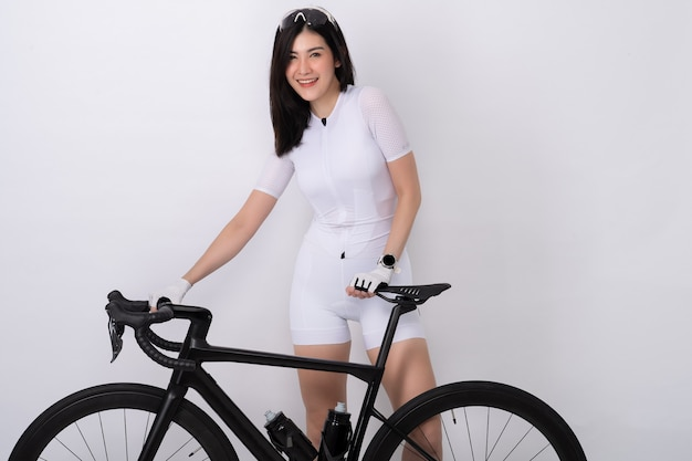 Porträt der sportlichen frau mit dem fahrrad in der silhouette auf weiß