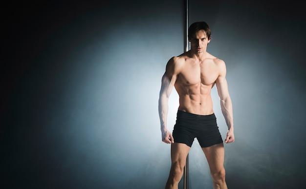 Porträt der starken männlichen vorbildlichen aufstellung