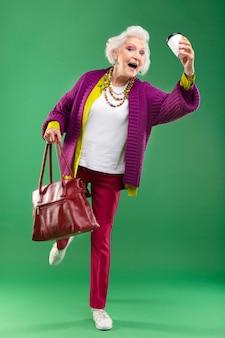Porträt der stilvollen älteren frau