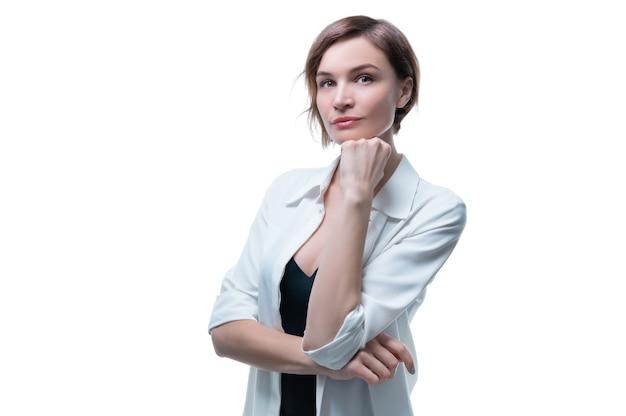 Porträt der stilvollen erwachsenen frau, die auf weiß aufwirft