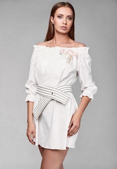 Porträt der stilvollen frau des modezaubers im weißen rock