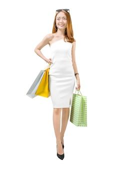 Porträt der tragenden einkaufstaschestellung der asiatischen frau