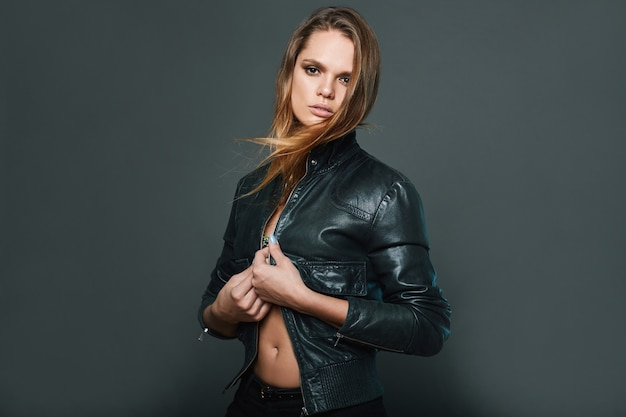 Porträt der tragenden lederjacke des sexy modells
