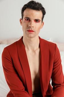 Porträt der transgender-person, die rote jacke trägt