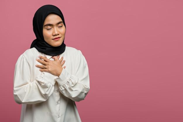 Porträt der traurigen schönen asiatischen frau, die ein weißes hemd trägt