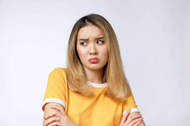 Porträt der traurigen schreienden nachdenklichen verrückten verrückten asiatischen frau