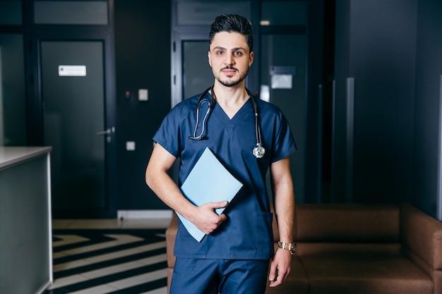 Porträt der türkischen oder arabischen männlichen krankenschwester