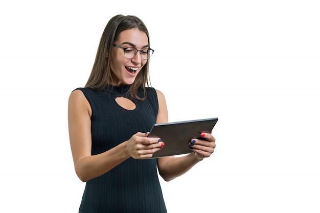 Porträt der überraschten geschäftsfrau mit digitalem tablett