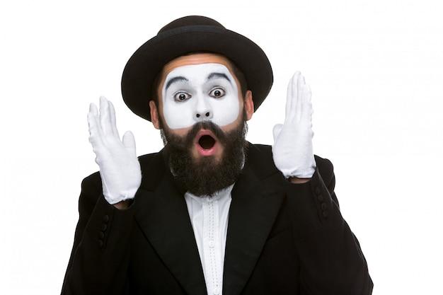 Porträt der überraschten und fröhlichen pantomime mit offenem mund