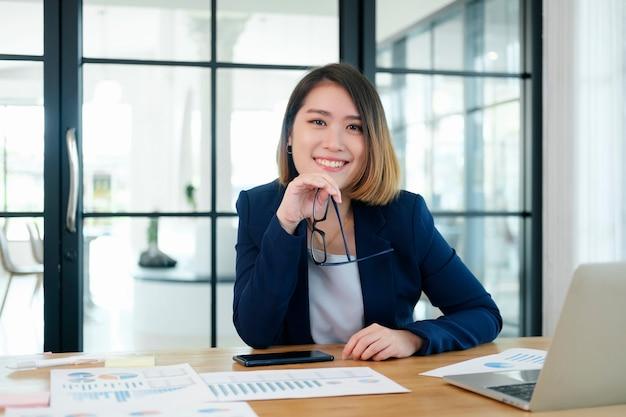 Porträt der überzeugten geschäftsfrau im büro. Premium Fotos