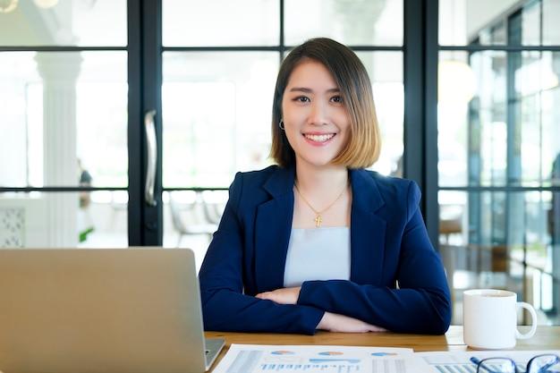 Porträt der überzeugten geschäftsfrau im büro.