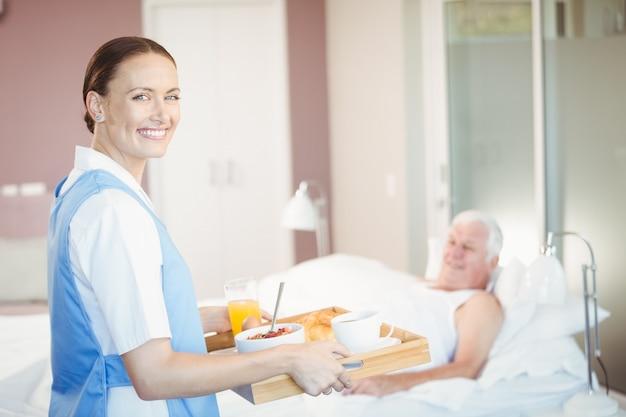 Porträt der überzeugten krankenschwester mit behälter