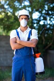 Porträt der überzeugten pestizidarbeitskraft mit den gekreuzten armen