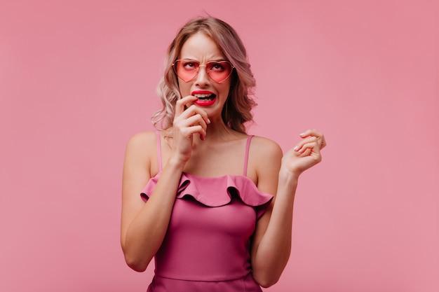 Porträt der verärgerten blonden frau, die an gemachten fehler denkt