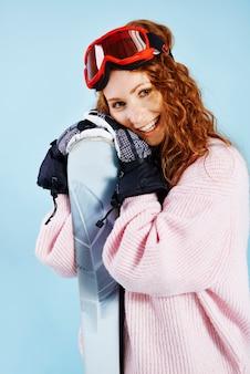 Porträt der weiblichen snowboarderin bei studioaufnahme