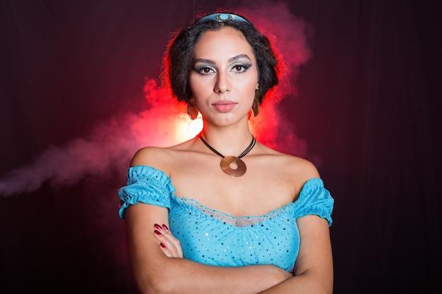 Porträt der wütenden prinzessin jasmine, einer jungen frau im bild einer östlichen feenprinzessin auf dunkelheit